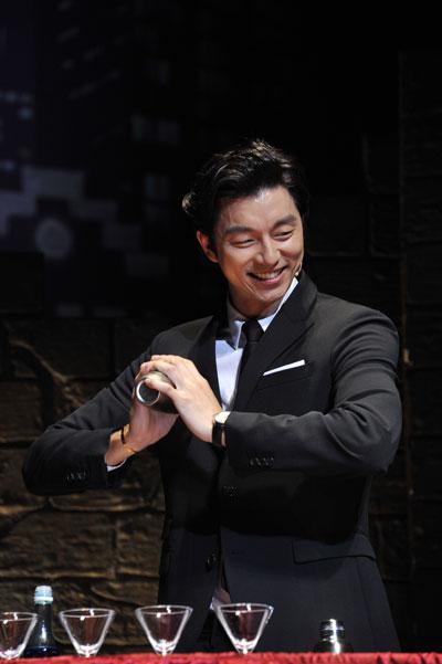 コン・ユが黒のスーツ姿で登場、会場には大歓声が沸き起こりました。「こんにちは